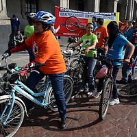 """Toluca, México.- Organizaciones ciclistas miembros de la Red Nacional de Ciclismo Urbano (BICIRED) frente a Palacio de Gobierno lanzaron la campaña  """"Hazla de Tos"""" por la calidad del aire, el uso de la bicicleta como modo de transporte en la ciudad, esta campaña fue lanzada de forma simultanea en 30 ciudades en la República Mexicana.  Agencia MVT / Crisanta Espinosa"""