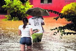 """October 5, 2018 - (06/10/2018) Muchas familias tuvieron que dejar sus casas inundadas en Santa Cruz y otros cantones de Guanacaste (izq.). En las costas de Puntarenas también se reportaron daños. Por ejemplo, en la localidad de Cataratas de Osa, las piedras cayeron sobre la Interamericana Sur y dañaron un carro de uso oficial. PROHIBIDO EL USO O REPRODUCCIÃ""""N EN COSTA RICA. (Credit Image: © Alonso Tenorio/La Nacion via ZUMA Press)"""