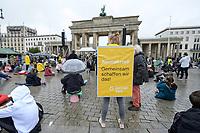 25 SEP 2020, BERLIN/GERMANY:<br /> Vertreterin von German Zero, Fridays for Future Demonstration fuer Massnahmen gegen den Klimawandel, Brandenburger Tor, Strasse des 17. Juni<br /> IMAGE: 20200925-01-001<br /> KEYWORDS: Protest, Demonstrant, Demonstranten, Schueler, Schüler, Klimakatastrophe, FFF