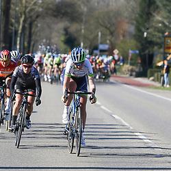 19-04-2015: Wielrennen: Ronde van Gelderland vrouwen: Apeldoorn  <br /> APELDOORN (NED) wielrennen De vijftigste ronde van Apeldoorn werd verreden onder te mooie weersomstandigheden. In het Ordenbos eindigde de wedstrijd in een massasprint. Ook Loes Gunnewijk probeerde in de finale nog uit de greep van het peloton te blijven