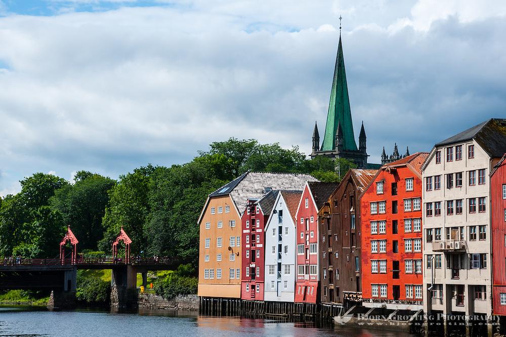 Norway, Sør-Trøndelag, Trondheim. Nidelva river from Bakklandet. Nidarosdomen in the back.
