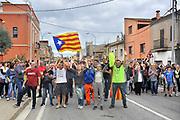 Spanje, Spain, Catalonie, Figueras, 3-10-2017 Vandaag wordt in heel catalonie een algemene staking uitgevoerd. Het openbare leven is verlamd, ligt helemaal stil. Veel wegen, ook de snelwegen en verbinding met Frankrijk, zijn geblokkeerd. sommigen tijdelijk, anderen de hele dag, zoals in dit dorp bij Figueras waar men sloopautos en trekkers, tractoren, tractors op de weg heeft gezet. General strike in Catalunya 3-10-2017 in protest of the hard intervention by the national police during the refendum. These villagers near Girona blocked the road. Foto: Flip Franssen