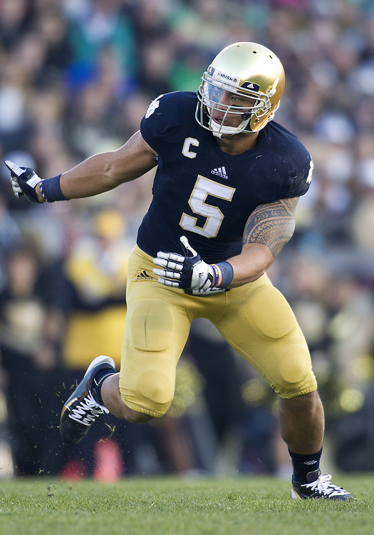 November 17, 2012:  Notre Dame inside linebacker Manti Te'o (5) during NCAA Football game action between the Notre Dame Fighting Irish and the Wake Forest Demon Deacons at Notre Dame Stadium in South Bend, Indiana.  Notre Dame defeated Wake Forest 38-0.
