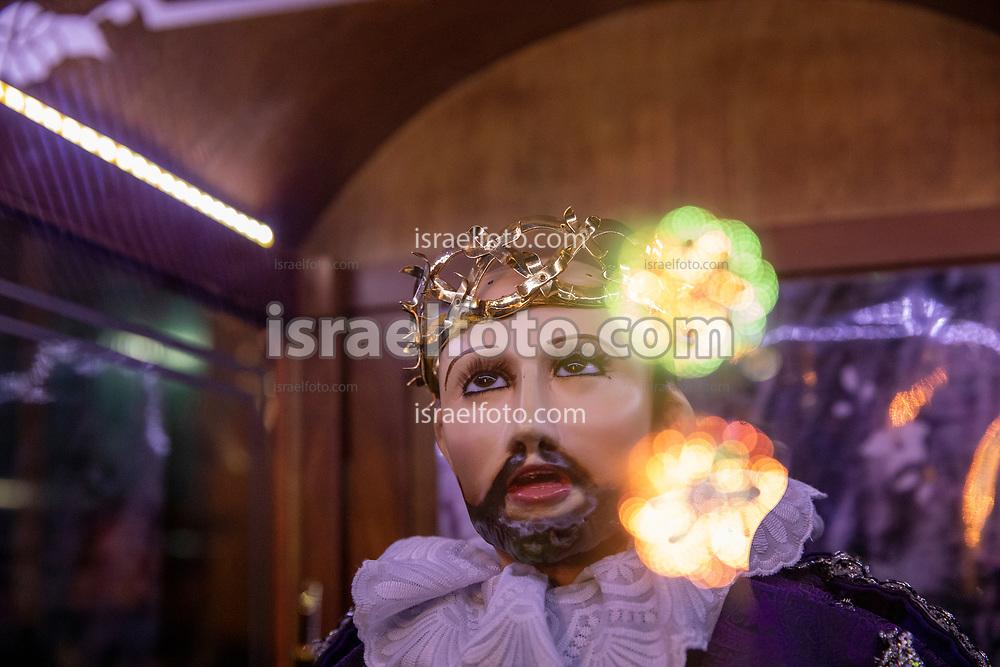 14 mayo 2021, Tultepec, México.  Reflejos de fuegos artificiales en el cristal del nicho portatil de San Juan de Dios.