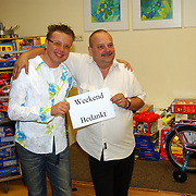 Jamai Looman deelt kado's uit in het Radboud ziekenhuis Nijmegen, Hans van Houwelingen