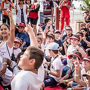 """© Maria Muina I MAPFRE. Teatro para niños todas las tardes en el """"Boulevard do MAPFRE"""" del Race Village de Itajaí. Outdoor theater at """"Boulevard do MAPFRE"""" at the Itajaí Race Village."""