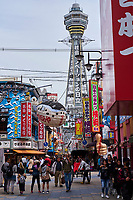 Japon, île de Honshu, Kansai, Osaka, le quartier de Shinsekai et la tour Tsutenkaku// Japon, Honshu, Kansai, Osaka, Tsutenkaku tower from Tsutenkaku-minami Hondori Shotenkai, Shinsekai neighborhood