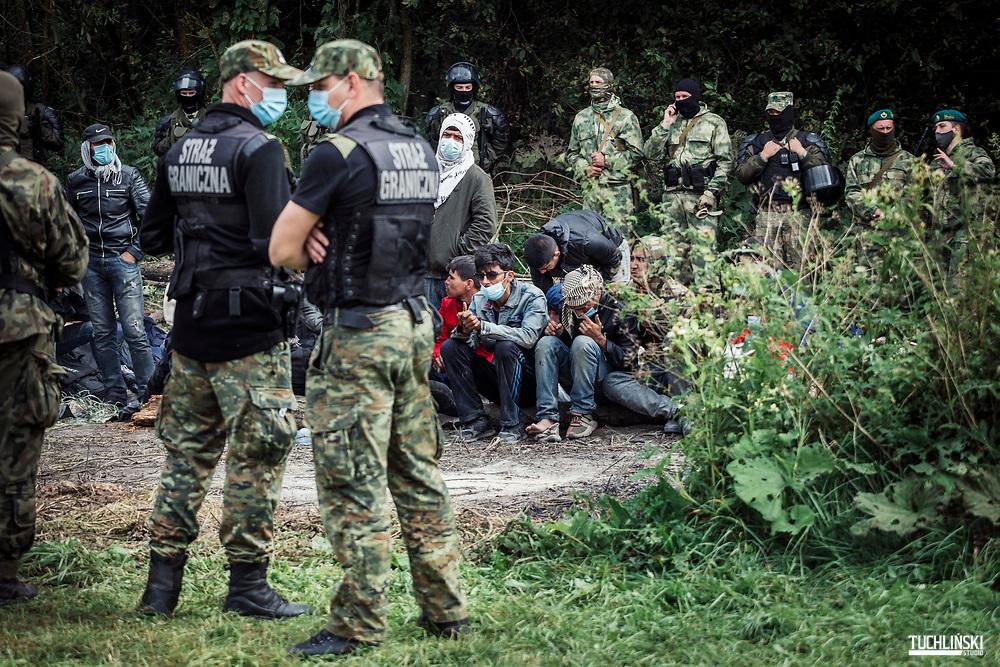 Usnarz Górny, Granica polsko-białoruska. 19.08.2021r.<br /> Grupa ok. 30 uchodźców z Afganistanu, od kilku dni jest przetrzymywana na pasie granicznym.<br /> Fot. Adam Tuchlinski dla Polityka