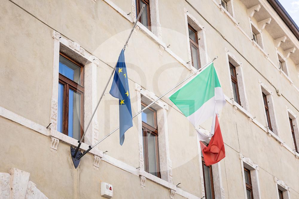 ITALIEN - ROVERETO - Zerrissene Flaggen der EU und von Italien am 'Palazzo Fedrigotti' - 26. September 2020 © Raphael Hünerfauth - https://huenerfauth.ch
