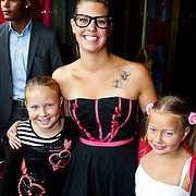 NLD/Amsterdam/20100801 - Inloop premiere musical Crazy Shopping, Yvette, partner Bert Simhoffer en dochters Julia en Romy