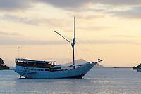 Indonesie. Flores. Baie de Labuanbajo. // Indonesia. Flores. Labuanbajo bay. Cruise boat
