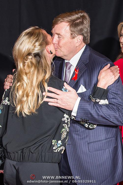 NLD/Amsterdam/20180516 - Koningspaar bij Red Ribbon Concert, Koning Willem Alexander  begroet prinses Mabel