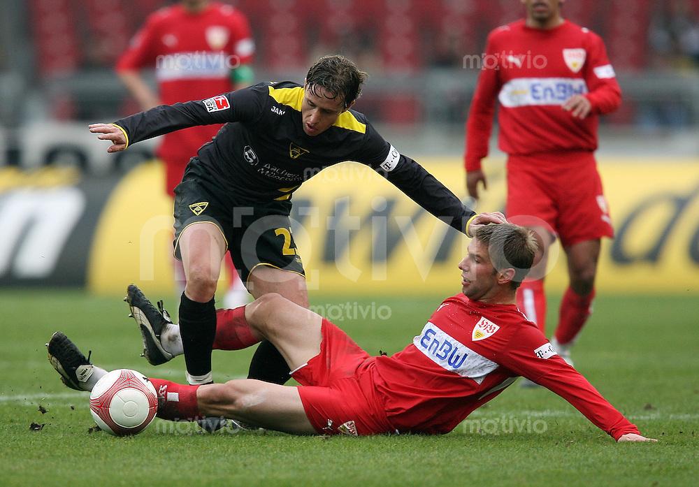 Fussball Bundesliga 27. Bundesliga  VfB Stuttgart 3-1 Alemannia Aachen Thomas Hitzlsperger (VfB,re) gegen Laurentiu Reghecampf (A)