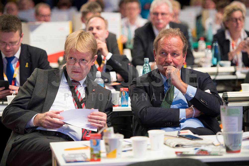DEU, Deutschland, Germany, Hamburg, 07.12.2018: Der DGB-Vorsitzende Reiner Hoffmann und Verdi-Chef Frank Bsirske beim Bundesparteitag der CDU in der Messe Hamburg.