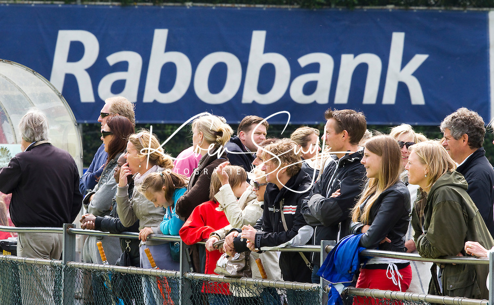 BUSSUM - Nederlandse D kampioenschappen Hockey bij Hockeyclub Goosche in Bussum.  Ouders langs de lijn, achter de hekken. COPYRIGHT KOEN SUYK