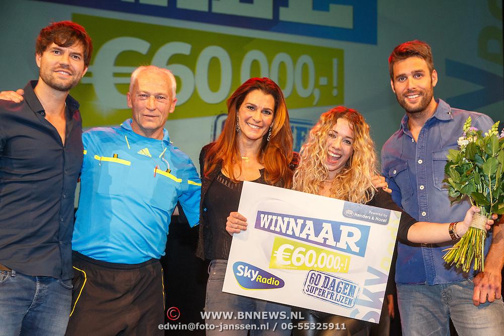 NLD/Bussum/20151106 - Sky Radio's 60 Dagen Superprijzen stoelendans actie, Quinty Trustfull - van den Broek, Dirk Jol, winnares Mandy Roodenburg, Nick & Simon