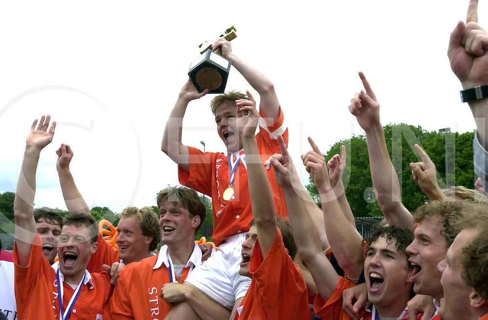 WFA00:HARVESTEHUEDE-BLOEMENDAAL EUROPACUP1 FINALE;4JUNI2001-.1-3 overwinning voor Bloemendaal.De Cup in handen van van Weel, op de schouders bij zijn ploeggenoten..WFA/fu/str.Fotografie Frank Uijlenbroek