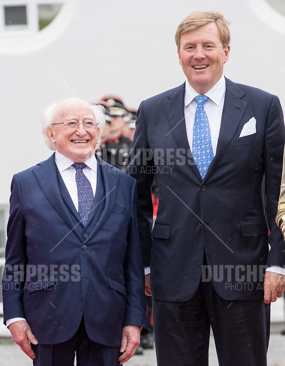 Koning Willem-Alexander en president Micheal Higgins tijdens de Welkomstceremonie en het ontvangst in het Presidentieel Paleis Aras an Uachtarain in Dublin, op dag 1 van het 3-daags staatsbezoek van het Nederlands Koningspaar aan Ierland.