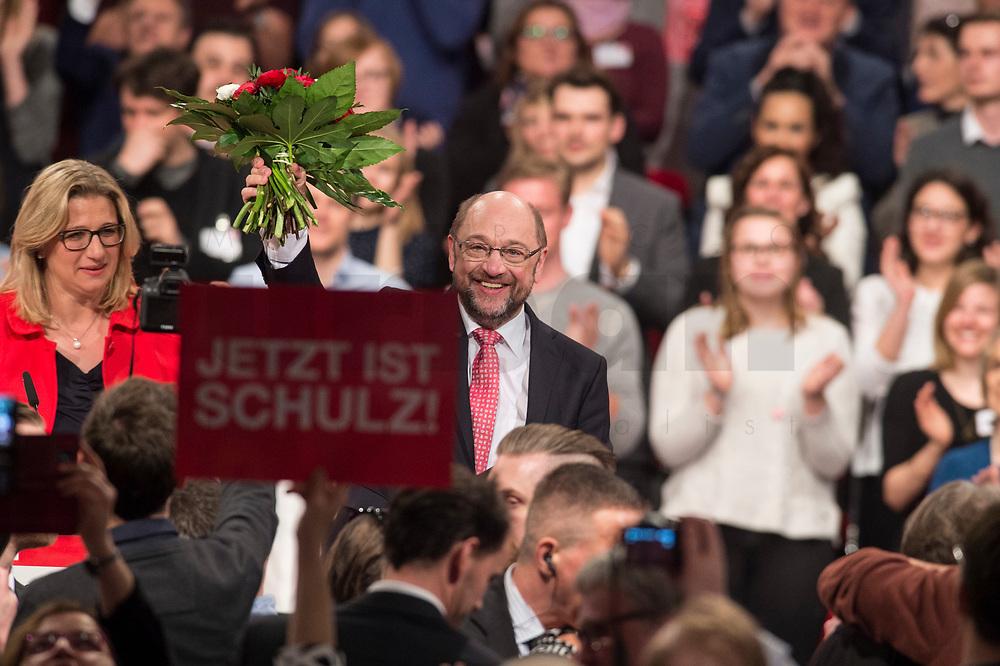 19 MAR 2017, BERLIN/GERMANY:<br /> Martin Schulz (M), SPD, mit Blumen nach seiner Wahl zum SPD Parteivorsitzenden und SPD Spitzenkandidat der Bundestagswahl, a.o. Bundesparteitag, Arena Berlin<br /> IMAGE: 20170319-01-074<br /> KEYWORDS: party congress, social democratic party, candidate, Jubel, Smartphone