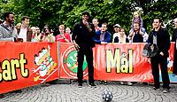 Friidrett<br /> Vorspiel til Bislett Games 2011<br /> Spikersuppa 07.06.11<br /> Usain Bolt lager kaos på Karl Johans gt ,  Donald Duck Games stand , fotball<br /> <br /> Foto: Eirik Førde
