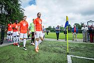 Foto: Gerrit de Heus. Driehuis. 14-07-2015. Telstar-Elftal VVCS. Het team van VVCS, met Geert-Arend Roorda voorop, betreedt het veld.
