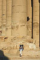 Afrique du Nord, Egypte, Louxor, Temple de Louxor, Patrimoine mondial de l'UNESCO, Vallée du Nil, rive gauche du Nil, Colonnade, colossale colonne de pierre, touriste // Africa, Egypt, Louxor, Temple of Luxor, World Heritage of the UNESCO, east bank of the river Nile, tourist