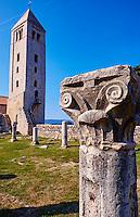 Croatie, baie de Kvarner, Ile et ville de Rab, vestiges de l'eglise St Jean l'Evangéliste // Croatia, Kvarner bay, island and city of Rab, The Romanesque Bell Tower and medieval pillars of the church of St John The Evangelist