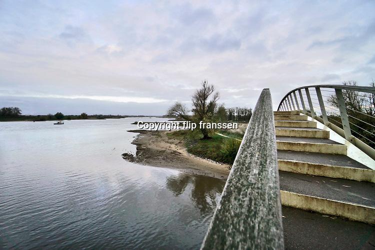 Nederland, Nijmegen, 16-11-2020 De wandelbrug Ooypoort over de monding van 't Meertje is toegankelijk voor het publiek. De 62 meter lange brug verbindt de oostelijke Waalkade met de Ooijpolder en slaat daarmee een brug tussen Nijmegen en natuur. . Foto: ANP/ Hollandse Hoogte/ Flip Franssen