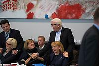 DEU, Deutschland, Germany, Berlin, 18.10.2016: Bundesaussenminister Frank-Walter Steinmeier mit den beiden Bundestagvizepräsidentinnnen der SPD, Ulla Schmidt und Dr. Edelgard Bulmahn, vor Beginn der Fraktionssitzung der SPD im Deutschen Bundestag. Links Hubertus Heil mit Dagmar Ziegler.