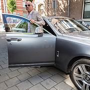 NLD/Amsterdam/20160616 - Gordon arriveert in een Rolls Royce als gasthoofdredacteur bij presentatie van LXRY Magazine