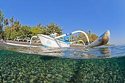 halb-halb Aufnahme von Auslegerkanu mit Fischer, split shot of Outrigger-Canoe with fisherman, Tulamben, Bali, Indonesien, Indopazifik, Bali, Indonesia Asien, Indo-Pacific Ocean, Asia