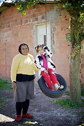 Lelia Borges Antonio, 49, e a neta Emili Antonio, 5, integrantes da associação de quilombolas de Morro Alto, no municipio de Maquiné, no interior do Rio Grande do Sul. FOTO: Jefferson Bernardes / Preview.com
