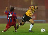 Fotball<br /> UEFA Cup 2004<br /> 21.10.2004<br /> Foto: SBI/Digitalsport<br /> NORWAY ONLY<br /> <br /> Panionios v Newcastle United<br /> <br /> Panionios' Parodi and Newcastle's Carr