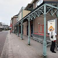 Nederland, Sint Anthonis , 13 februari 2010..Verkiezingsposters ophangen in het Gelderse plaatsje Sint Anthonis, waar een groot deel van de bevolking op het CDA stemt..Foto:Jean-Pierre Jans