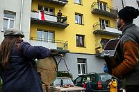 Bialystok, 11.11.2020. Tegoroczne obchody Swieta Niepodleglosci z powodu epidemii koronawirusa odbyly sie bez miejskich uroczystosci N/z akcja Muzykowanie pod balkonami w wykonaniu Kapeli Batareja to wsparcie mieszkancow w trudnym czasie izolacji i kontakt z zywa kultura fot Michal Kosc / AGENCJA WSCHOD