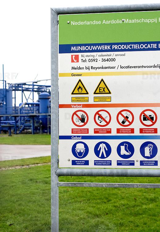 Nederland Barendrecht 29 november 2008 20081129 Foto: David Rozing .TOT 6 DECEMBER GEEN PUBLICATIE VAN DEZE BEELDEN .Gebod - verbod- Gevaar bord met symbolen op terrein van NAM in Barendrecht. Op het terrein staat een gaswinninginstallatie, hiermee wordt het gas dat zich onder Barendrecht bevindt naar boven gehaald. Zodra de 2 gasvelden leeg zijn zullen deze gebruikt gaan worden voor de ondergrondse opslag van CO2. Dit gebeurt met dezelfde installatie. ...Serie demonstratie project ondergrondse Co2 opslag Shell Barendrecht .Shell Nederland Raffinaderij B.V. (SNR) heeft het initiatief genomen voor een demonstratieproject in samenwerking met Nederlandse Aardolie Maatschappij ( NAM ). Daarbij is het de bedoeling dat pure CO2 die bij de raffinaderij in Pernis bij de productie van waterstof vrijkomt, per pijpleiding naar Barendrecht wordt getransporteerd. Vervolgens wordt de CO2 in lege aardgasvelden geïnjecteerd voor permanente opslag..OCAP?De Shell exploiteert momenteel de nu nog deels gevulde aardgasvelden Barendrecht en Ziedewij en heeft een grote kennis van de ondergrond en injectie van aardgas in bestaande velden.Het is de bedoeling dat OCAP ook het transport van CO2 naar Barendrecht gaat verzorgen..Shell CO2 Storage B.V.?Voor het project is een nieuw bedrijf opgericht, Shell CO2 Storage B.V. (SCS). SCS zal verder ook zekerstellen dat alle aanwezige kennis over de Barendrechtse velden ten volle kan worden benut bij de opslag van CO2 en de daaraan gekoppelde monitoring.Het Barendrecht-veld?Shell en OCAP hebben net zoals andere organisaties veel onderzoek gedaan naar het transport naar en de mogelijke CO2-opslag in lege aardgasvelden. Vanwege de ligging, dichtbij de CO2-bron van Pernis, hebben de partijen uiteindelijk gekozen voor het aardgasveld Barendrecht (ten zuidwesten van Rotterdam). Als de ervaringen met het Barendrecht-veld goed zijn, zal in een later stadium Barendrecht Ziedewij het tweede veld zijn dat in aanmerking komt voor CO2-opslag. Uit deze aardgasvel