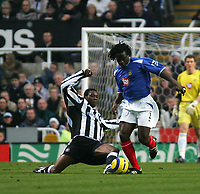 Fotball<br /> Premier League England 2004/2005<br /> Foto: SBI/Digitalsport<br /> NORWAY ONLY<br /> <br /> Newcastle United v Portsmouth<br /> St James' Park, Newcastle upon Tyne 11/12/2004<br /> <br /> Newcastle's Shola Ameobi (L) looks to tackle Portsmouth's Linvoy Primus (R).