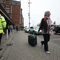 Nederland, Amsterdam , 1 juni 2013.<br /> Presentatie nieuwe taxiregels bij Centraal station voor taxichauffeurs in Amsterdam.<br /> Vanaf a.s. zaterdag worden de nieuwe taxiregels in Amsterdam gehandhaafd. Die komen erop neer dat elke chauffeur moet zijn aangesloten bij een taxionderneming-met-vergunning. Het aantal toegelaten chauffeurs daalt daardoor van zo'n 4000 tot 2300, en het is uiteraard de bedoeling dat zo vooral de slechtsten geweerd worden.<br /> Het handhaven start officieel om acht uur 's ochtends bij het Centraal Station – waar, samen met het Leidseplein, de chaos altijd het grootst is. Daar zullen alle betrokkenen (onder meer de burgemeester en taxidirecteuren) aanwezig zijn.<br /> Opvallend was de aanwezigheid van het milieu bewuste taxi bedrijf Taxi-electric die mooie jonge dames met groene ballonnen liet rondlopen tijdens de presentatie op het Centraal Station.<br /> Foto:Jean-Pierre Jans