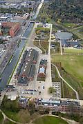 Nederland, Amsterdam, Westerpark, 16-04-2008; de gerenoveerde gebouwen op het terrein van de voormalige Westergasfabriek; het ernstige vervuilde terrein is inmiddels gesaneerd en vormt het nieuwe Westerpark; de voormalige fabrieksgebouwen hebben een culturele bestemming gekregen; direct grenzend aan het terrein de Haarlemmerweg en de Staatsliedenbuurt;onder in beeld het voormalig directiegebouw, nu Stadsdeelkantoor (Stadsdeel Westerpark); boven de Gashouder (landmark); manifestaties, tentoonstelling, expositie, cultuur, industrieel en cultureel erfgoed; milieu, bodemverontreiniging, gif zie ook andere (lucht)foto's van deze lokatie; the renovated buildings on the site of the former Westergasfabriek, the seriously polluted area has been remediated and is now the new Westerpark; the former factory buildings are now used for cultural destinations;.top of the image: the Gasholder, the ponds are the foundations of the other former gasholders; in the middle Zuiveringshal (on the Haarlemmermeerse Vaart), the western park area is used for events, exhibition, exhibition, cultural, industrial and cultural heritage...  .luchtfoto (toeslag); aerial photo (additional fee required); .foto Siebe Swart / photo Siebe Swart