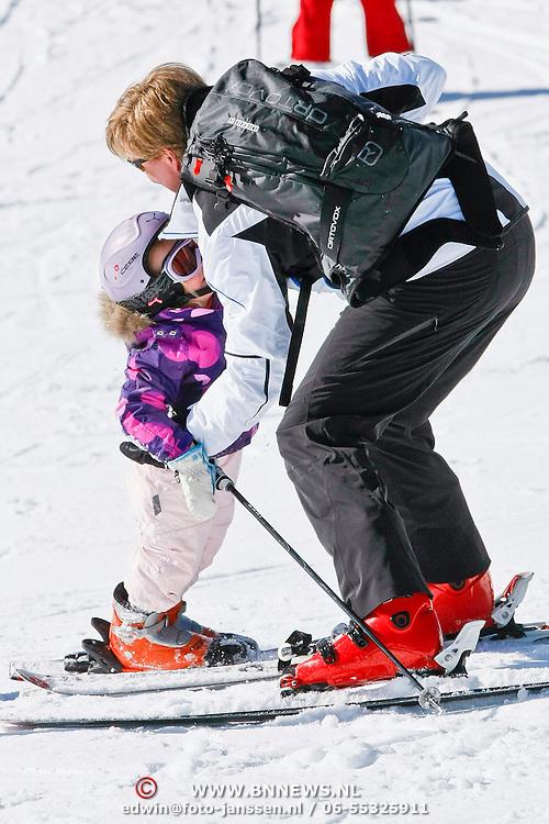 AUD/Lech/20110219 - Fotosessie Nederlandse Koninklijke Familie 2011 op wintersport in Lech, Ariane valt en word geholpen door haar ouders