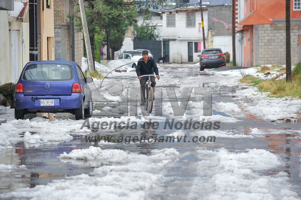 Zinacantepec, México.- Una granizada se registró por segundo día consecutivo en el Valle de Toluca afectando algunos techos y causando inundaciones. Agencia MVT / Mario Vázquez de la Torre.