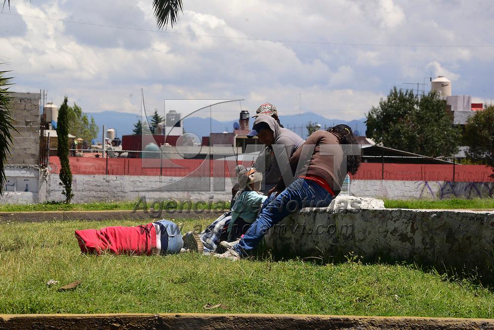 Toluca, México (Octubre 18, 2016).- Grupos de migrantes centroamericanos se quedan algunos días en la ciudad de Toluca, pidiendo algunas monedas en las calles, tal es el caso de la avenida Isidro Fabela, muy cerca del puente vehicular Tres Caminos, en donde piden ayuda a los automovilistas para poder continuar su viaje a la frontera con Estados Unidos.  Agencia MVT / Crisanta Espinosa.