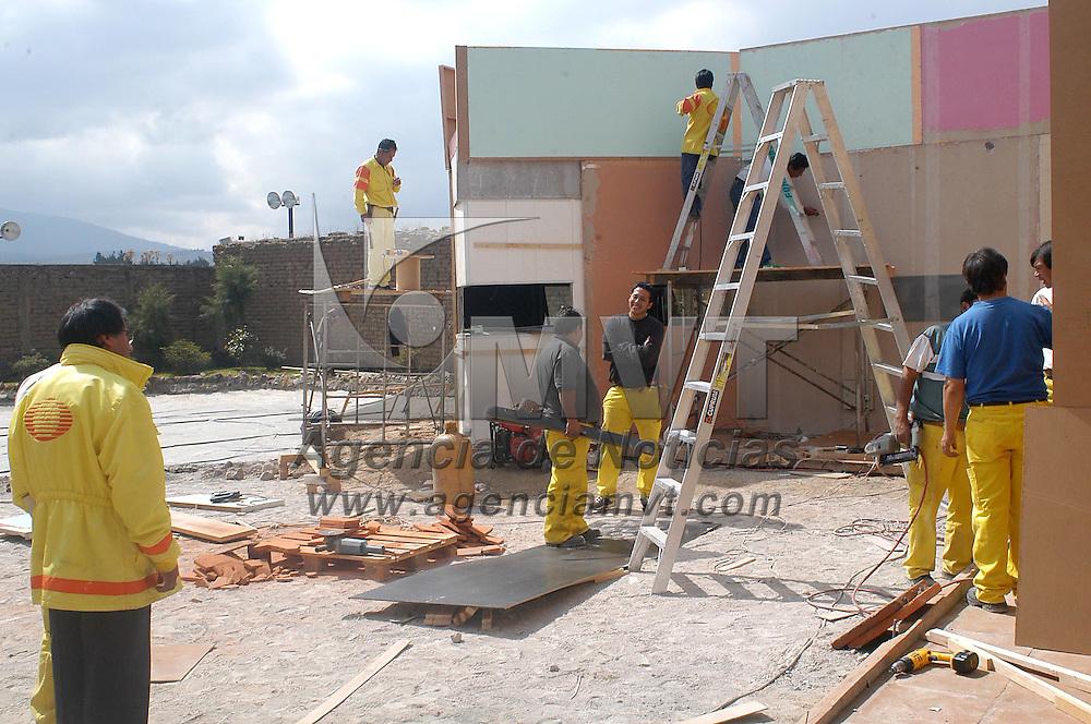 Zinacantepec, Méx.- Empleados trabajan en el acondicionamiento del casco de la hacienda Tejalpa donde se llevaran a cabo las transmisiones televisivas del reality show Big Brother 3. Agencia MVT / Hernan Vazquez E. (DIGITAL)<br /> <br /> NO ARCHIVAR - NO ARCHIVE