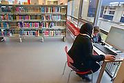 Nederland, Nijmegen, 17-3-2012Een allochtone vrouw zit in de bibliotheek van de wijk Hatert achter een computer en op het internet. Veel vestigingen van bibliotheken moeten sluiten vanwege gemeentelijke bezuinigingen.Foto: Flip Franssen/Hollandse Hoogte