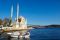 Turquie, Istanbul, place et mosquée Ortakoy détroit du Bosphore // Turkey, Istanbul, Ortakoy Mosque and Bosphorus Bridge