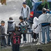 Nederland Rotterdam 23-09-2009 20090923 -Met zorg voor gefotografeerden gebruiken-  Serie over onderwijs,  openbare scholengemeenschap. Leerlingen hebben pauze en hangen op het hekje van de school.  Socialisen. Sommige jongeren vallen wellicht onder stigma hangjongeren, gedrag van enkele van de jongens  had trekjes van negatief gedrag / houding.  , socialising, stallen van, stalling, stoer imago, straatjeugd, straatjongeren, streetwise, student, students, teenager, teenagers, tezamen, the netherlands, time out, together, tussen de lessen, tussenuur, uit gaan, uit zijn, van de straat, veel, vele, vrij zijn, Youth                                .Foto: David Rozing