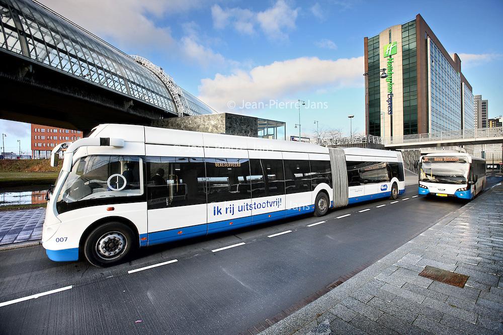 Nederland, Amsterdam , 27 januari 2012..Amsterdam krijgt eind 2010 weer waterstofbussen. Nadat er in de periode 2003 tot 2006 in het kader van het Europese CUTE-project al drie waterstofbussen reden, worden er eind van het jaar twee Phileas-bussen door het GVB ingezet. Ze worden gebouwd in Helmond...Ook de nieuwe Phileas-bussen rijden op elektriciteit die door een brandstofcel wordt gegenereerd. Dankzij de elektromotor is de bus geluids- en trillingarm. Uit de uitlaat komt alleen waterdamp en dus geen schadelijke uitlaatgassen, fijn stof en CO2. ..De Phileas is een hybride brandstofcelbus en heeft behalve een brandstofcel en accu's ook ultracapacitoren (superenergiecellen), waarin het teveel aan energie kan worden opgeslagen totdat ze nodig is. De bus is daardoor twee keer zo zuinig met de energie en de prestaties bij het optrekken worden bovendien verbeterd..Foto:Jean-Pierre Jans