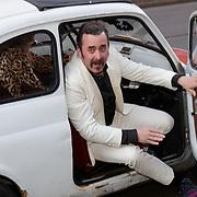 NLD/Amsterdam/20190415 - Filmpremiere première Baantjer het Begin, Horace Cohen stapt uit Fiat 500 auto