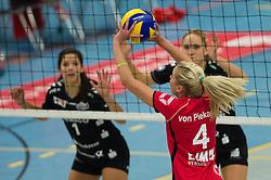 17-10-2014 GER: USC Muenster - Dresdner SC, Munster<br /> Vriendschappelijke wedstrijd / Laura Dijkema (#7 Dresden)<br /> Zuspiel Tess von Piekartz (#4 Muenster)