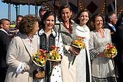 Koninginnedag 2007 in het vestingsstadje Woudrichem / Queensday 2007 in the small village Woudrichem.<br /> <br /> Op de foto / On the Photo;Prins Margriet (l) met haar schoondochters vlnr Anita, Marilene, Aimee en Annett